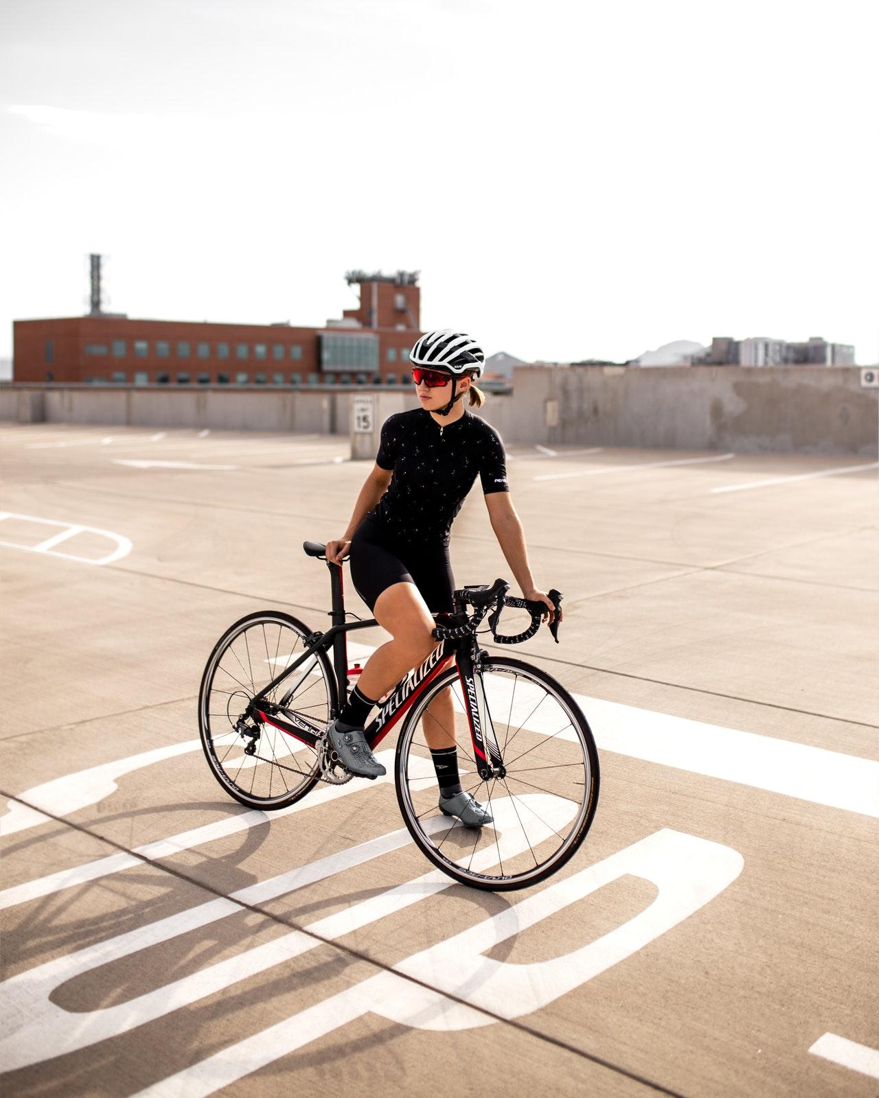 Bliv sikrere på cyklen med cykelhjelm og cykellås